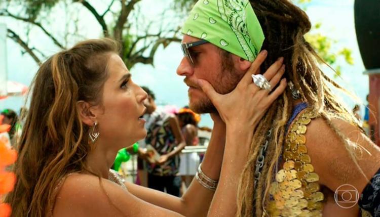 Karola (Déborah Secco) e Beto Falcão (Emilio Dantas) na estreia da trama - Foto: Reprodução   TV Globo