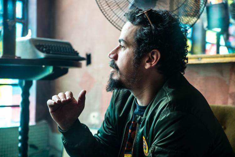 A primeira experiência de Spencer na televisão foi com a série Mister Brau, protagonizada por Lázaro Ramos e Taís Araújo - Foto: João Paulo / Divulgação