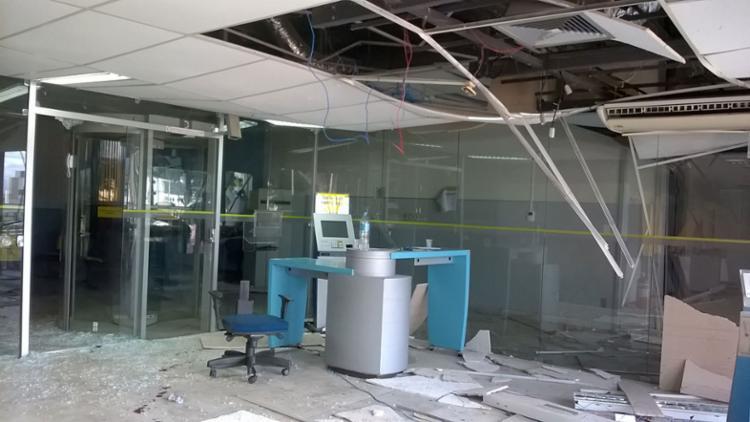 Interior da agência ficou completamente destruído - Foto: Euzeni Daltro   Ag. A TARDE