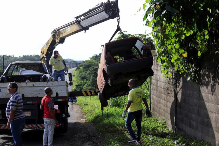 Carcaça de carro sendo removida em ação da Semop na tarde desta terça-feira, 22 - Foto: Adilton Venegeroles l Ag. A TARDE