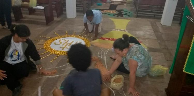 Fiéis de diferentes faixas etárias se reúnem para produzir os tapetes (Paróquia do Divino Espírito Santo - Vilas de Abrantes)