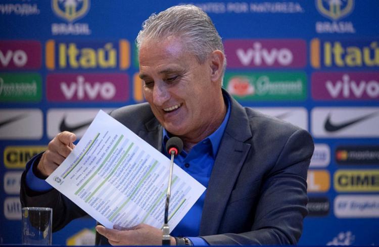 Tite exibe a lista dos convocados divulgada nesta segunda-feira, 14 - Foto: Fernando Frazão   Agência Brasil