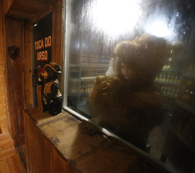 Na Toca do Urso há cerca de 60 rótulos de cerveja artesanal. Foto: Luciano Carcará / Ag. A Tarde