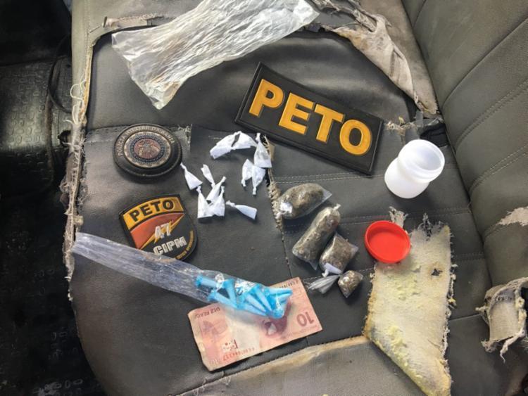 Cocaína, maconha e R$ 10 em dinheiro foram encontrados com os jovens - Foto: Divulgação| SSP-BA
