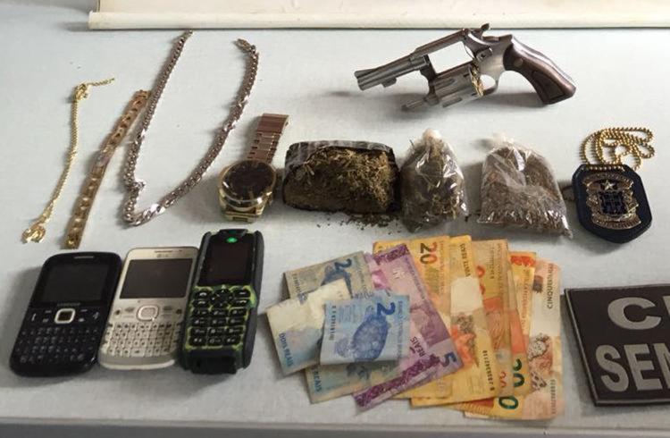 Com ele a polícia encontrou um revólver calibre 38 e 200 gramas de maconha prensada pronta para comercialização, e R$188,00 - Foto: Divulgação| SSP-BA