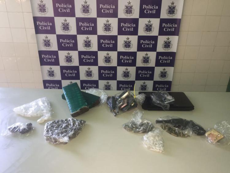 Com os suspeitos foram apreendidos dois tabletes de maconha, 225 trouxas prontas para comercialização, 365 pinos de cocaína, um revólver de calibre 38, cartuchos, R$ 20,00 e um livro-caixa - Foto: Divulgação| SSP-BA