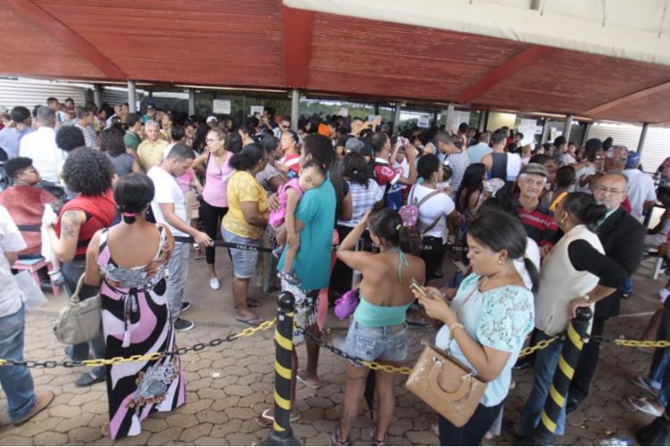 Centenas de pessoas estão na sede do TRE aguardando atendimento - Foto: Luciano da Matta | Ag. A TARDE