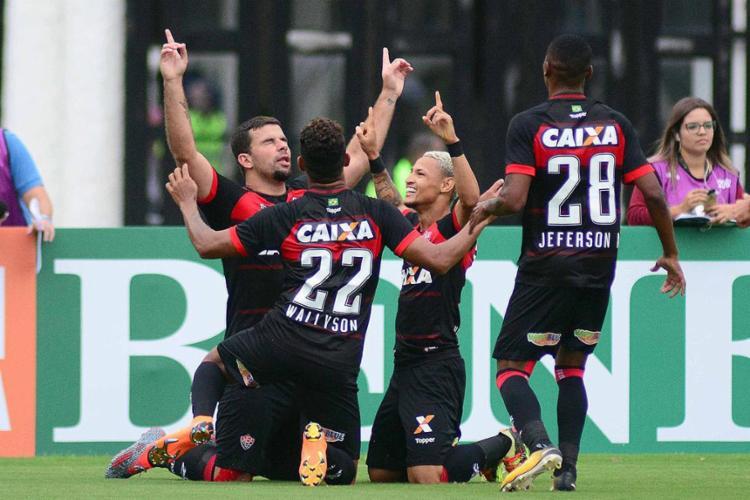 Jogadores comemoram com André Lima, autor do primeiro gol do Leão - Foto: Wallace Teixeira l Futura Press l Estadão Conteúdo