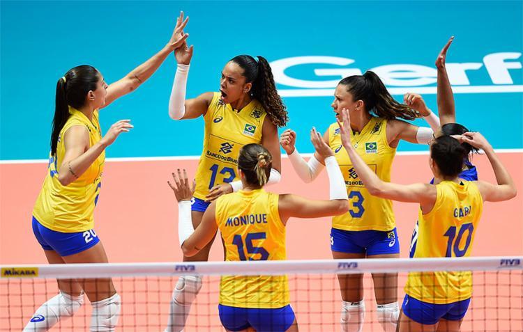 Jogadoras brasileiras comemoram ponto contra as turcas - Foto: DIvulgação l FIVB
