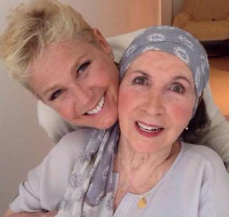 Dona Alda ao lado de Xuxa - Foto: Reprodução