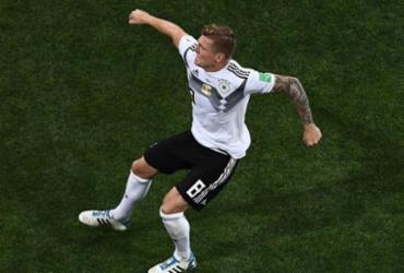 Com um a menos, Alemanha marca no final e segue viva | AFP