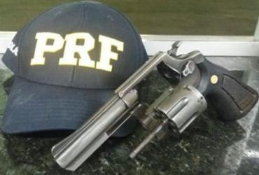 PRF prende três homens com arma em ônibus em Barreiras | Divulgação | PRF