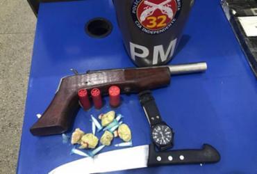 Com os suspeitos foram apreendidos uma pistola artesanal calibre 28, uma faca, pinos de cocaína e pedras de crack - Divulgação | SSP-BA