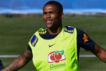 Douglas Costa sofre lesão muscular e desfalca Brasil contra a Sérvia | AFP