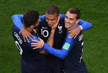 França vence com gol de Mbappé e garante classificação | AFP