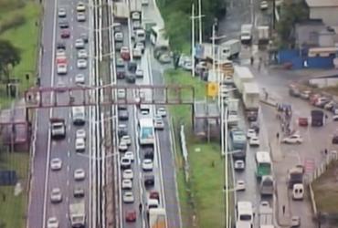 Movimento de saída da cidade segue intenso na rodoviária e na BR-324 | Reprodução | TV Record