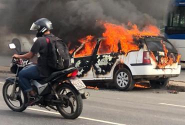 Veículo pega fogo na avenida Paralela | Margarida Neide | Ag. A TARDE