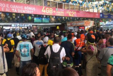 Antes da viagem, passageiros param para assistir jogo do Brasil - Margarida Neide | Ag. A TARDE