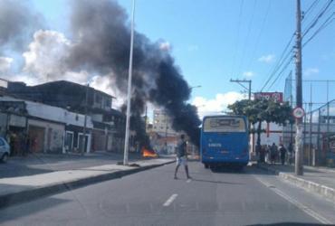 Moradores bloqueiam avenida na Ribeira | Transalvador