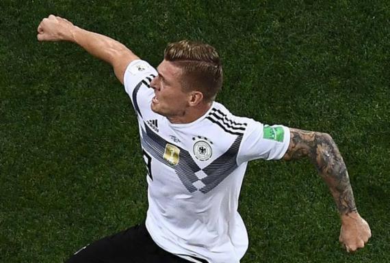 Com um a menos, Alemanha marca no final e segue viva na Copa | AFP