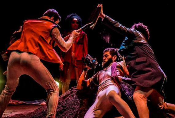 Espetáculo atualiza obra de Shakespeare com recursos do cinema amador   Divulgação