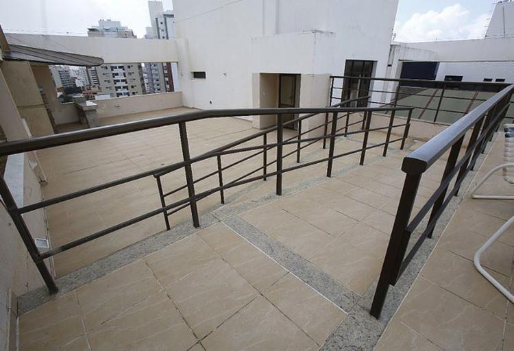 No Botticelli, planejado para idosos, corrimões foram colocados nas rampas de acesso à piscina