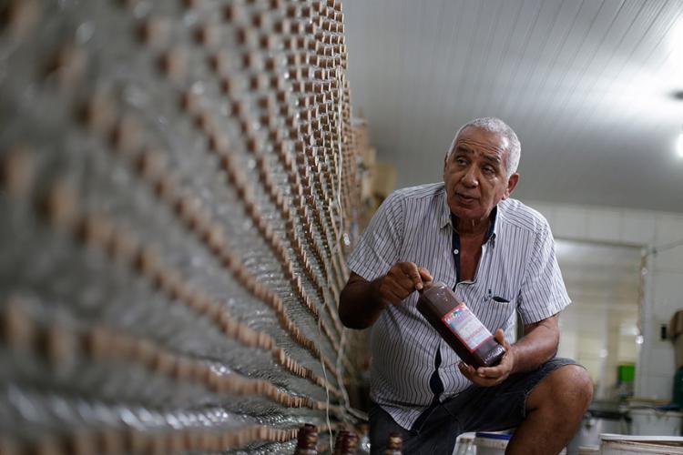 Dono do Licor de São Félix, Iran vende para mercados de Salvador (Foto: Raul Spinassé l Ag. A TARDE)