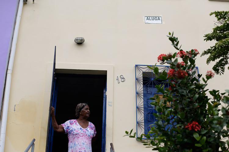 Sem telefone, dona Roxa deixa a porta aberta para quem quiser informação sobre o aluguel