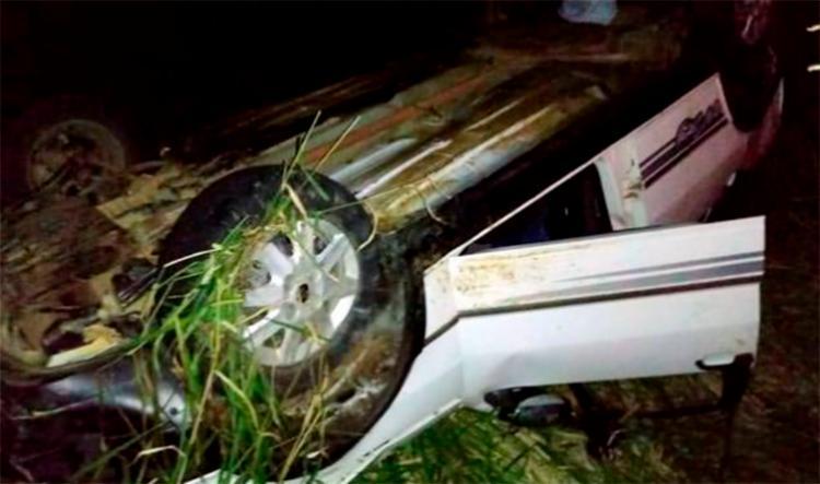 O veículo capotou após tentar desviar de um cavalo na pista - Foto: Reprodução | Site Vitória da Conquista Noticias