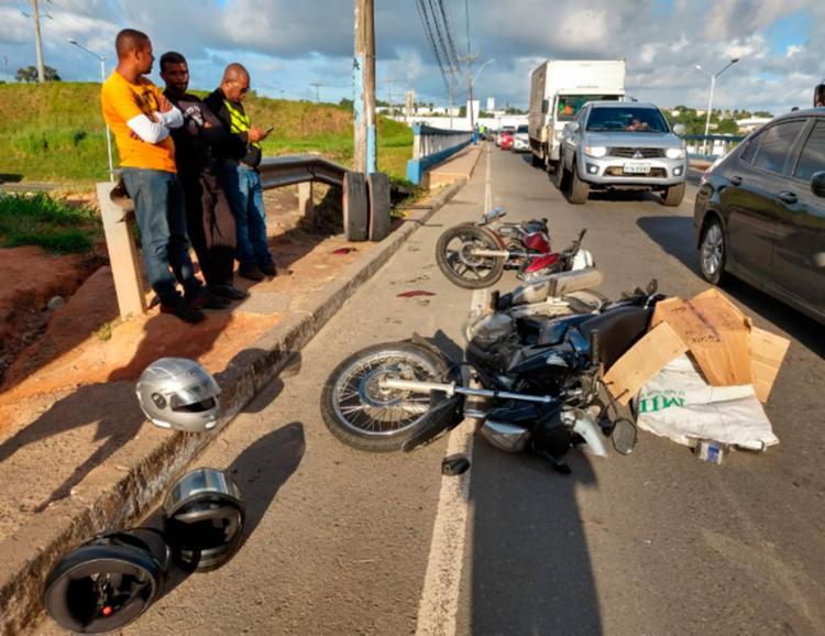 As motocicletas ficaram caídas em uma parte da via e causou congestionamento na região - Foto: Adilton Venegeroles | Ag. A TARDE