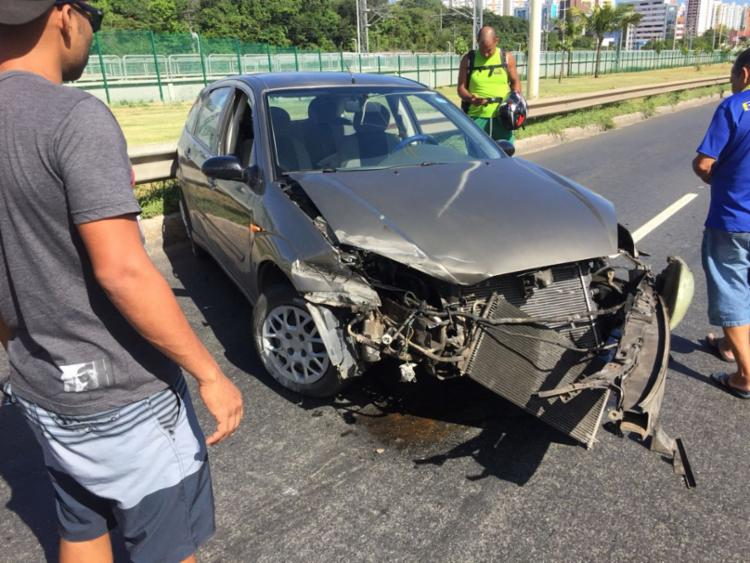 Frente do carro ficou destruída no acidente
