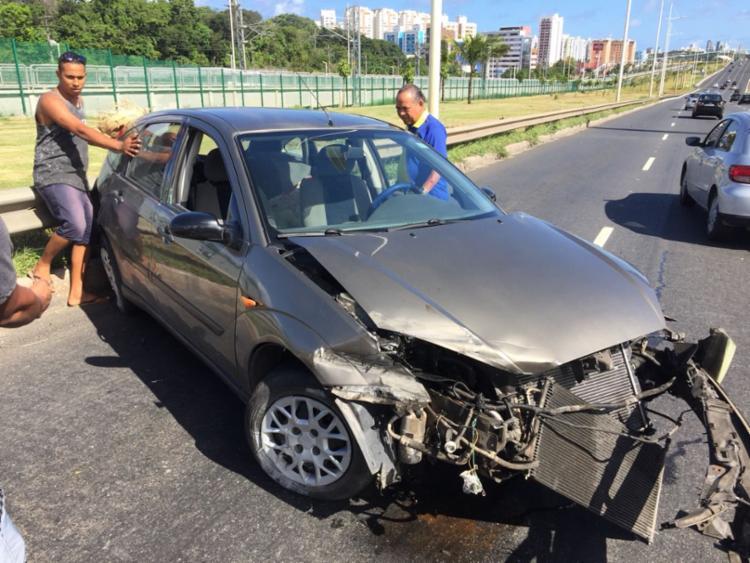 Outros motoristas ajudaram a vítima após acidente na Paralela