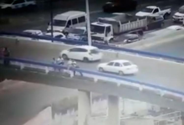 Agente se aproxima do homem e consegue afastá-lo da mureta do viaduto - Foto: Reprodução | YouTube