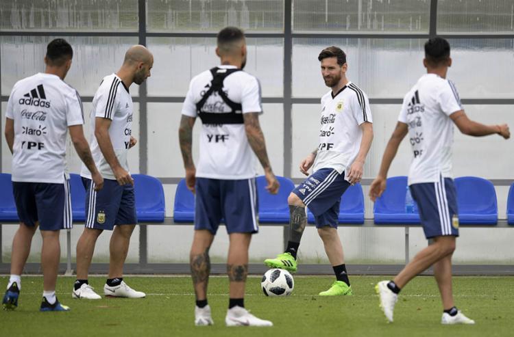 Comandada por Messi, a Argentina tentará sua primeira vitória na Copa - Foto: Juan Mabromata | AFP
