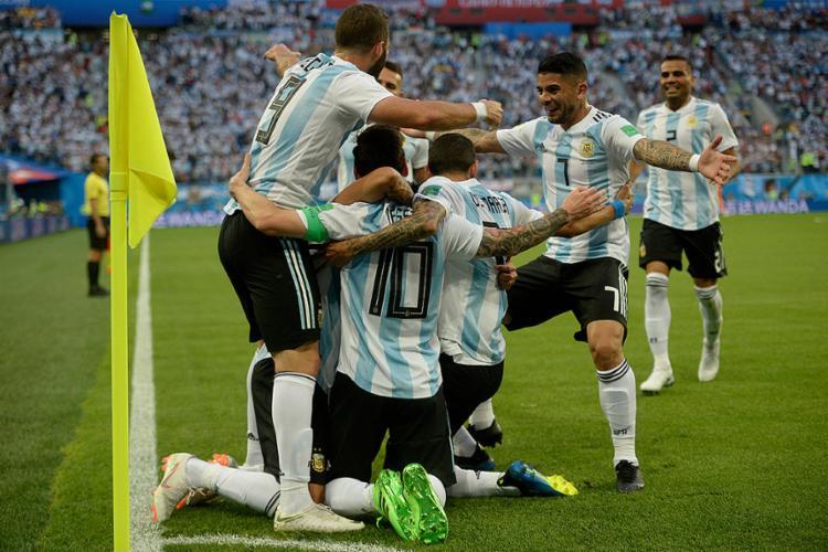 Jogadores comemoram com Messi, que abriu o placar diante da Nigéria - Foto: Christophe Simon l AFP