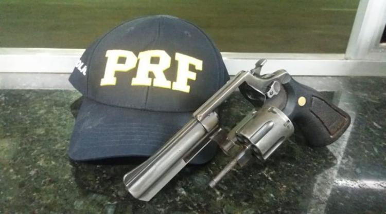 Um dos homens confessou estar armado após abordagem - Foto: Divulgação   PRF