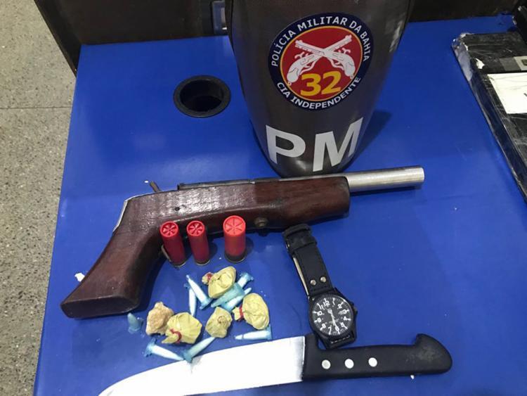 Com os suspeitos foram apreendidos uma pistola artesanal calibre 28, uma faca, pinos de cocaína e pedras de crack - Foto: Divulgação | SSP-BA