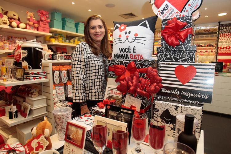 Gislene conta que a Arte em Papel oferece como diferencial embalagens personalizadas e produtos temáticos - Foto: Alessandra Lori l Ag. A TARDE