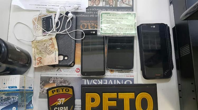 Três aparelhos celulares foram apreendidos com Mateus Pinheiro Mesquita dos Santos - Foto: Divulgação | SSP-BA