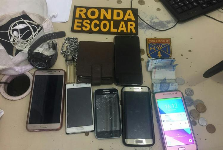 Cinco celulares, uma carteira, um relógio e outros itens foram apreendidos - Foto: Divulgação | SSP-BA