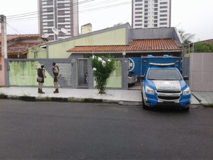 O assaltante invadiu a residencia e rendeu a mãe da vítima antes de matar Leonardo - Foto: Aldo Matos| Reprodução | Site Acorda Cidade