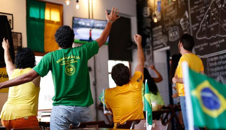Muitos torcedores estão optando em assistir aos jogos nos bares de bairro, e evitando gastos - Foto: Raul Spinassé l Ag. A TARDE l 21.6.2018