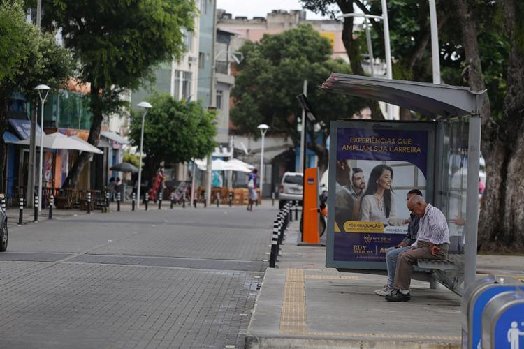 Passageiros aguardam ônibus em ponto na Barra - Foto: Raul Spinassé l Ag. A TARDE