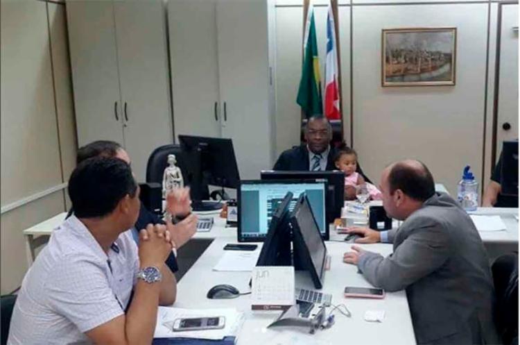 Juiz realizou audiência da mãe da menina com o bebê no colo - Foto: Reprodução   Instagram