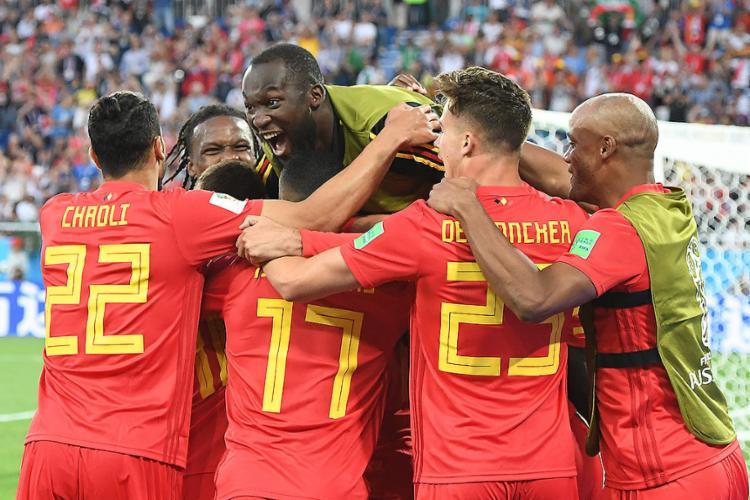 Jogadores belgas comemoram o gol de Adnan Januzaj, que garantiu a primeira colocação da chave - Foto: Attila Kisbenedek l AFP
