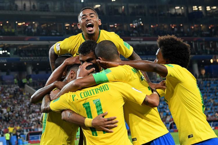 Jogadores comemoram com Thiago Silva, autor do segundo gol - Foto: Kirill Kudryavtsev l AFP