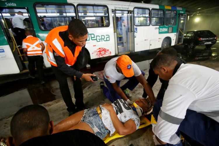 Brigadistas atendem ferido fictício durante exercício - Foto: Raul Spinassé   Ag. A TARDE