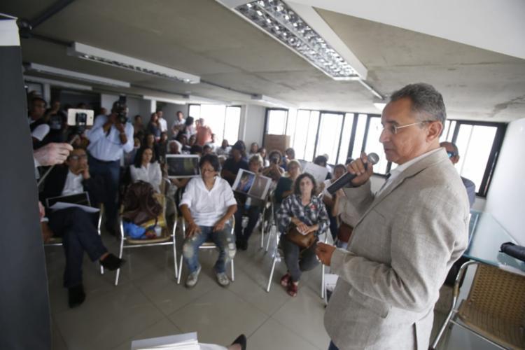 Geraldo Reis conversa com os manifestantes nesta manhã   Foto: Raul Spinassé   Ag. A TARDE