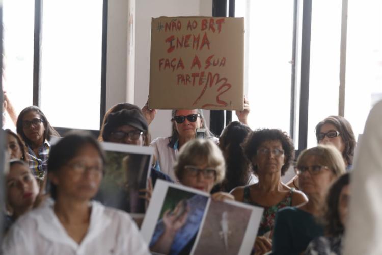Manifestantes pedem a interrupção da obra do BRT de Salvador - Foto: Raul Spinassé   Ag. A TARDE
