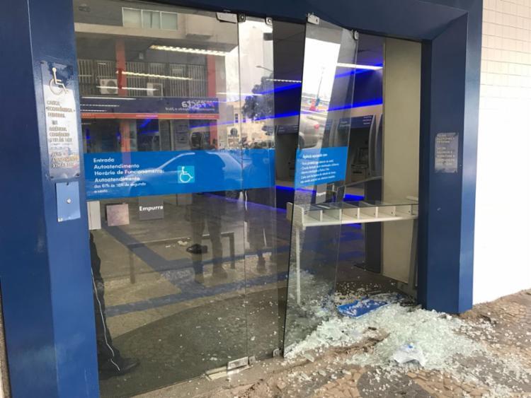Agência teve a porta de vidro quebrada - Foto: Tiago Caldas | Cidadão Repórter